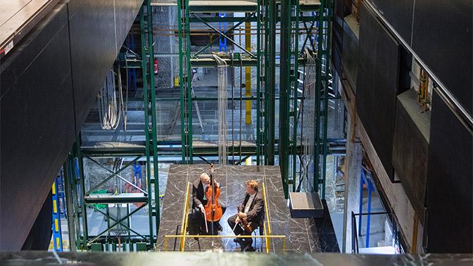 Zwei Personen in einer Halle mit Musikinstrumente